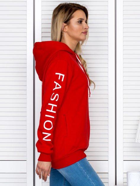 Czerwona bluza z napisami na rękawach                              zdj.                              6