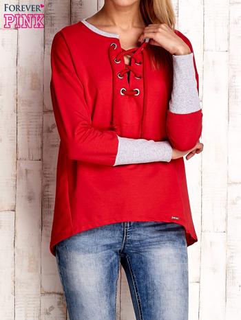 Czerwona bluza z wiązaniem i szerokim ściągaczem                                  zdj.                                  1