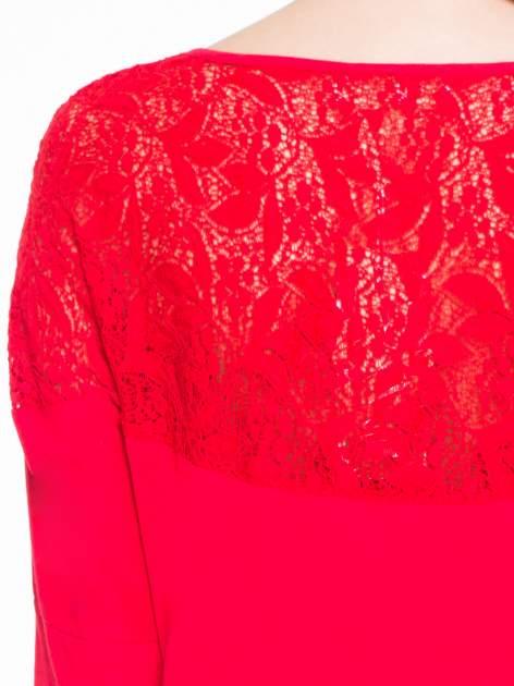 Czerwona bluzka z koronkową wstawką na rękawach i z tyłu                                  zdj.                                  8