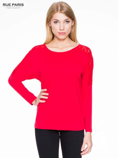 Czerwona bluzka z koronkową wstawką na rękawach i z tyłu