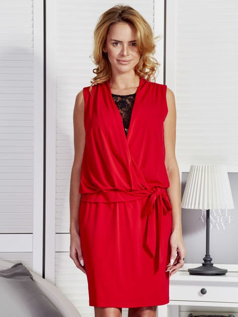 Czerwona drapowana sukienka z koronką