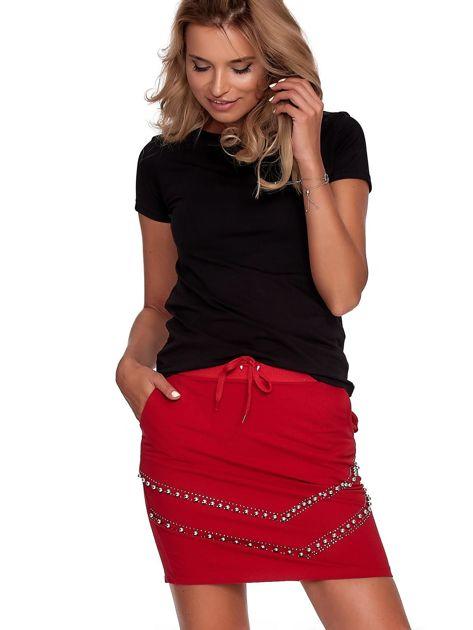 Czerwona dresowa spódnica z kieszeniami i perełkami                              zdj.                              5