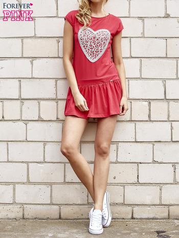 Czerwona dresowa sukienka tenisowa z aplikacją serca                                  zdj.                                  4