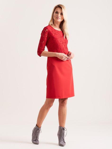 Czerwona elegancka sukienka z koronką                              zdj.                              4