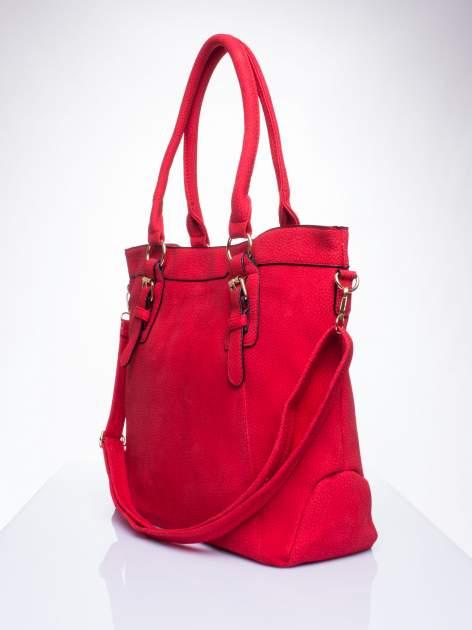 Czerwona fakturowana torebka z klamerkami                                  zdj.                                  2