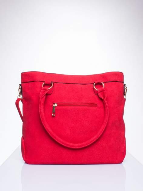Czerwona fakturowana torebka z klamerkami                                  zdj.                                  3