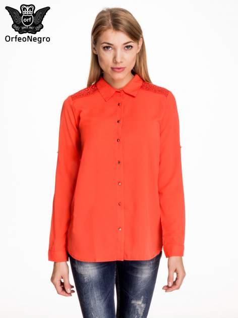 Czerwona koszula z koronkową wstawką przy ramionach
