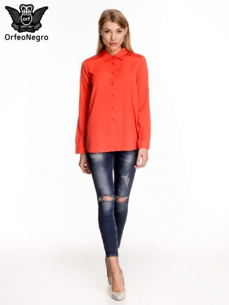 Czerwona koszula z koronkową wstawką przy ramionach                                  zdj.                                  2