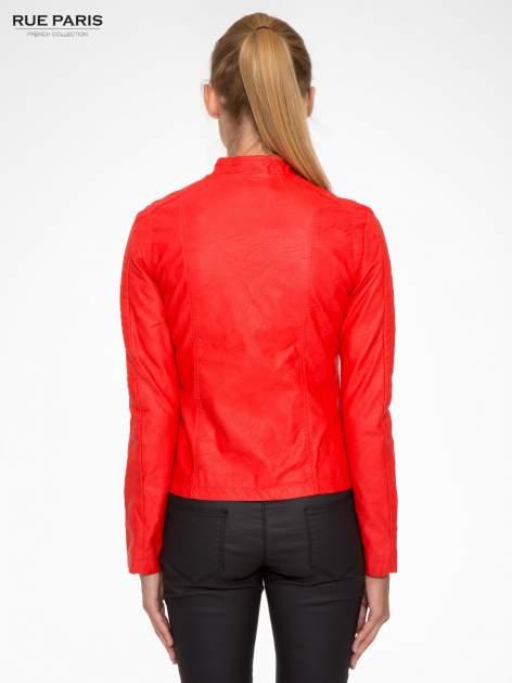 Czerwona kurtka biker z przeszyciami na ramionach                                  zdj.                                  4