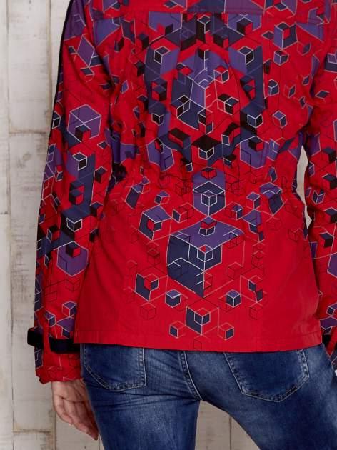 Czerwona kurtka w geometryczne wzory                                  zdj.                                  5