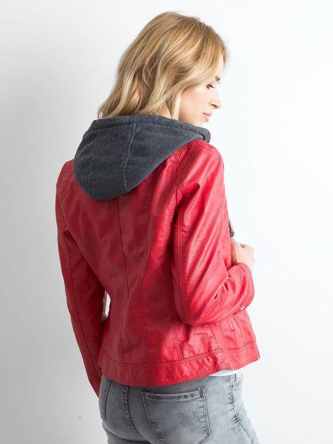 Czerwona kurtka z ekoskóry z kapturem                              zdj.                              2