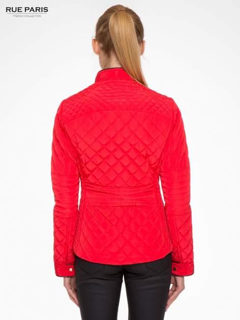 Czerwona pikowana kurtka ze skórzaną lamówką                                  zdj.                                  4