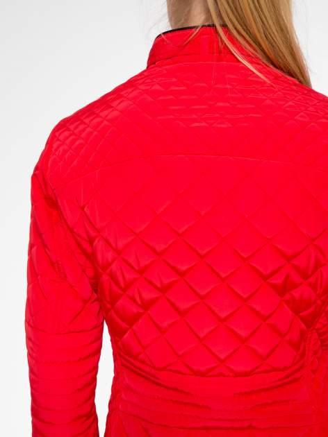 Czerwona pikowana kurtka ze skórzaną lamówką                                  zdj.                                  10