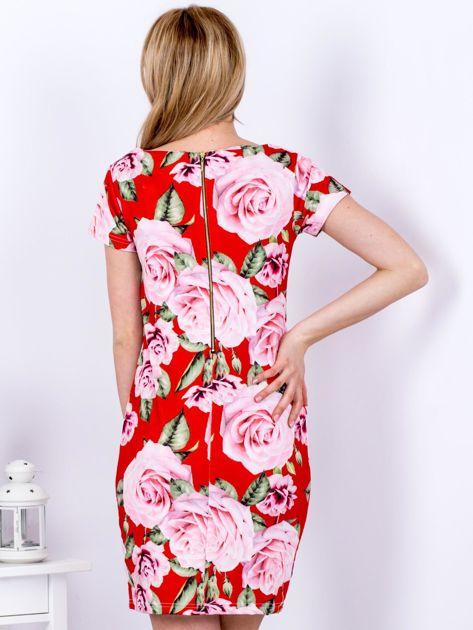 Czerwona prosta sukienka w kolorowe róże                              zdj.                              2