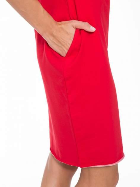 Czerwona prosta sukienka z surowym wykończeniem i kieszeniami                                  zdj.                                  7