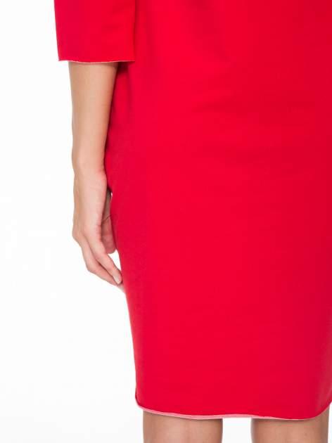 Czerwona prosta sukienka z surowym wykończeniem i kieszeniami                                  zdj.                                  9
