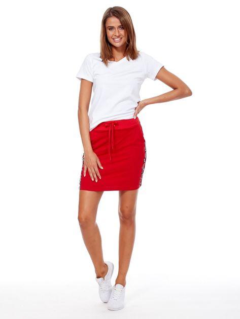 Czerwona spódnica z tekstowymi lampasami                              zdj.                              4