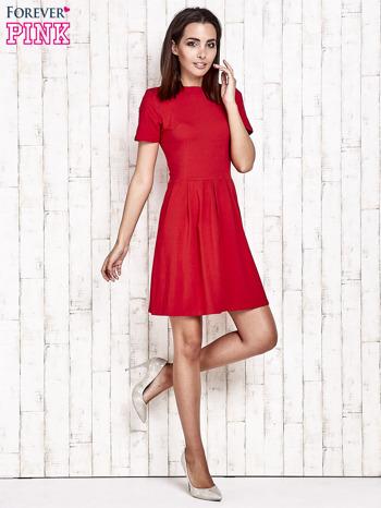 Czerwona sukienka dresowa wiązana na kokardę z tyłu                                  zdj.                                  2