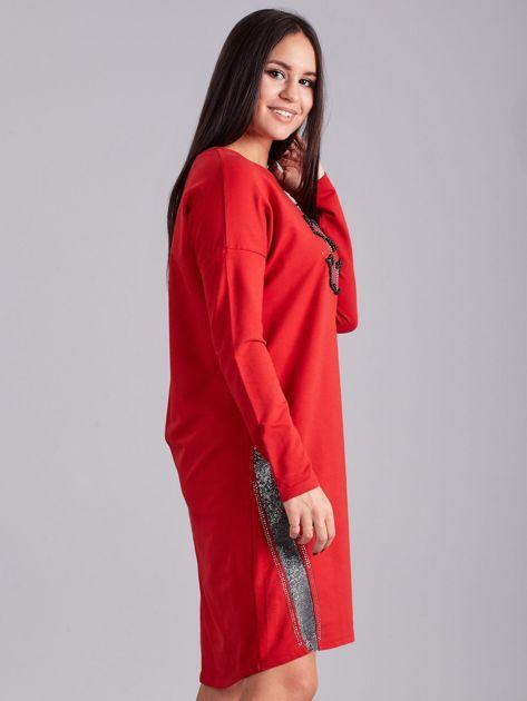 Czerwona sukienka dresowa z dżetami                              zdj.                              3