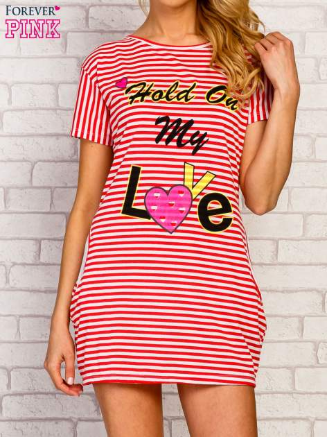 Czerwona sukienka paski z napisem HOLD ON MY LOVE