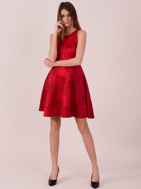 Czerwona sukienka w atłasowy kwiatowy wzór                              zdj.                              4