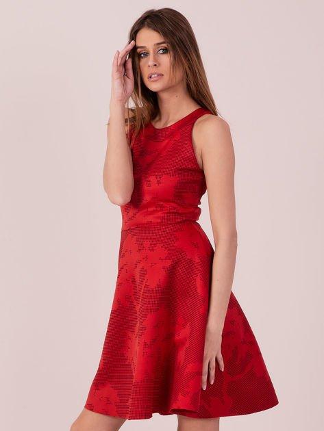Czerwona sukienka w atłasowy kwiatowy wzór                              zdj.                              2
