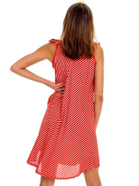 Czerwona sukienka w paski wiązana na ramionach                              zdj.                              2