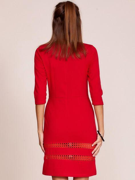 Czerwona sukienka z ażurowymi wstawkami                              zdj.                              2