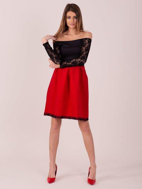 Czerwona sukienka z koronkowymi rękawami                                  zdj.                                  1