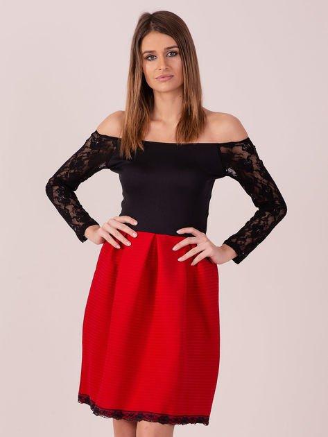 Czerwona sukienka z koronkowymi rękawami                              zdj.                              2