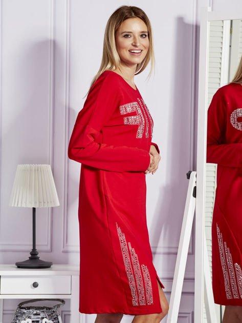Czerwona sukienka z perełkami i dżetami                              zdj.                              3