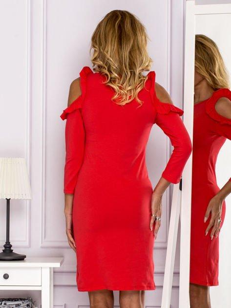 Czerwona sukienka z wycięciami na ramionach                              zdj.                              2