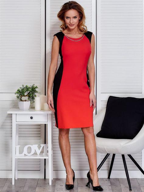 Czerwona sukienka ze złotym łańcuszkiem                               zdj.                              4