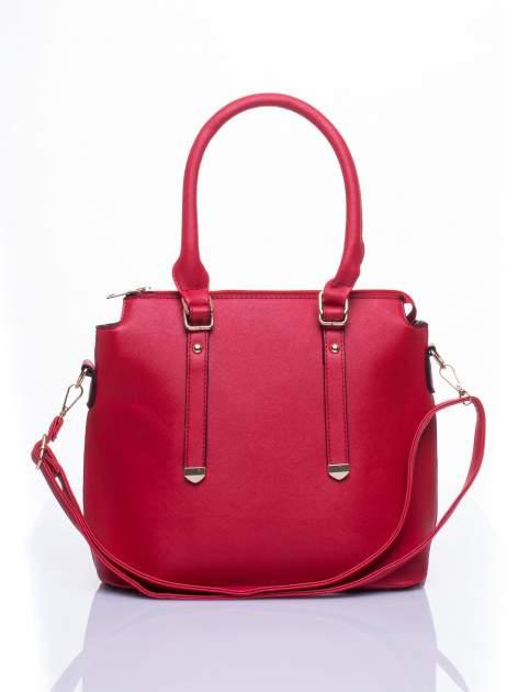 Czerwona torba na ramię z ozdobnymi detalami