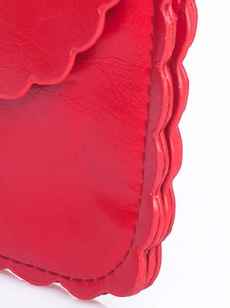 Czerwona torebka listonoszka z falowanym wykończeniem                                  zdj.                                  7
