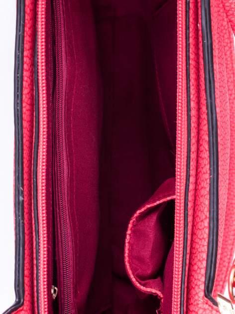 Czerwona torebka miejska z ozdobną przypinką                                  zdj.                                  4