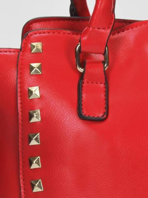 Czerwona torebka na ramię z dżetami                                  zdj.                                  7