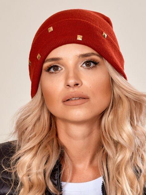 Czerwona wywijana czapka ze złotymi ćwiekami                              zdj.                              1