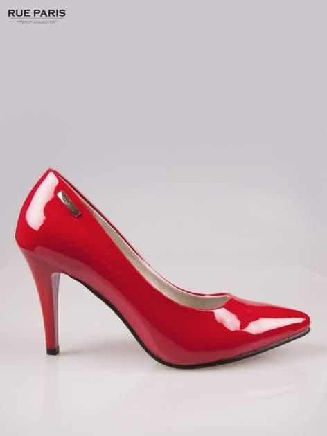 Czerwone lakierowane szpilki ze smukłym noskiem
