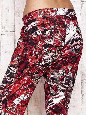 Czerwone lejące spodnie z graficznym nadrukiem                                  zdj.                                  7