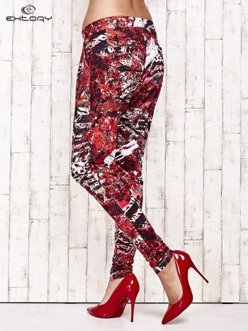 Czerwone lejące spodnie z graficznym nadrukiem                                  zdj.                                  4