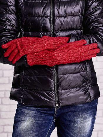 Czerwone rękawiczki o warkoczowym splocie z błyszczącą nicią                                  zdj.                                  2