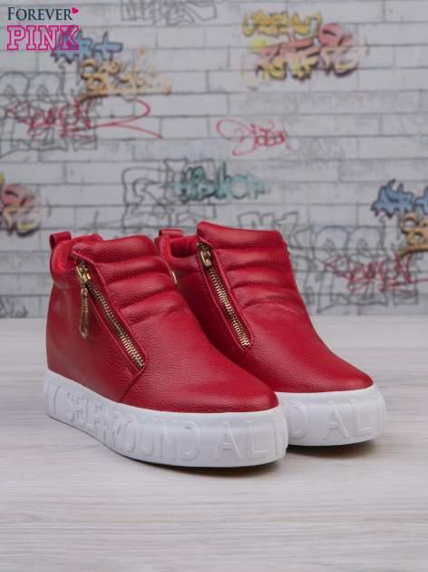 Czerwone skórzane buty slip on Tracy ze złotym suwakiem i napisem                                  zdj.                                  3