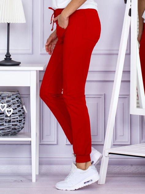 Czerwone spodnie dresowe z kieszonką z przodu                              zdj.                              3