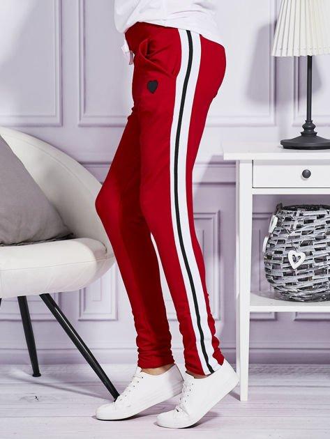 Czerwone spodnie dresowe z kolorowymi lampasami                              zdj.                              3