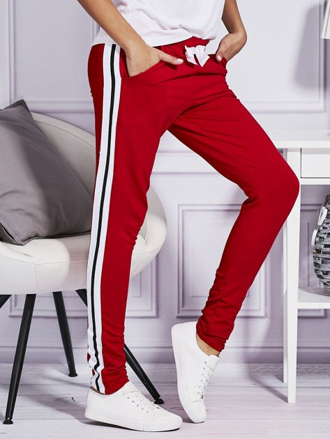 Czerwone spodnie dresowe z kolorowymi lampasami                              zdj.                              5