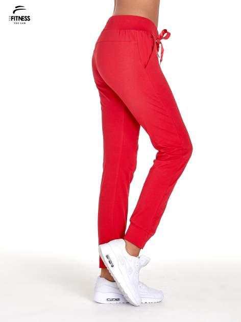 Czerwone spodnie dresowe z nogawką ze ściągaczem                                  zdj.                                  2
