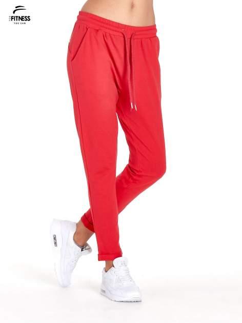 Czerwone spodnie dresowe z powijaną nogawką                                  zdj.                                  1