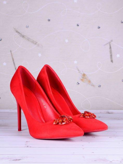 Czerwone zamszowe szpilki z ozdobnymi kamieniami z przodu faux suede