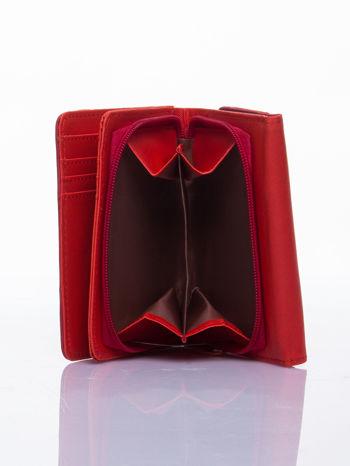 Czerwony ażurowany portfel ze złotym zapięciem                                  zdj.                                  4